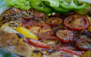 Pizza with tomatos and onion